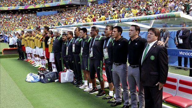 Los jugadores de México antes del partido Holanda-México, de octavos de final del Mundial de Fútbol de Brasil 2014, en el Estadio Castelão de Fortaleza, Brasil. EFE/Archivo