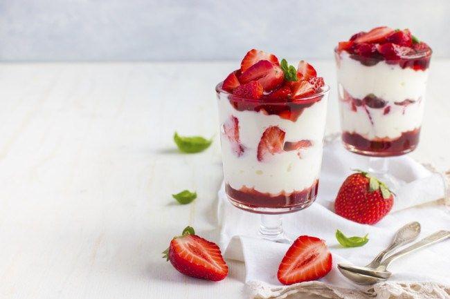 Un yogur griego Una taza de fresas congeladas Un scoop de proteína de fresa