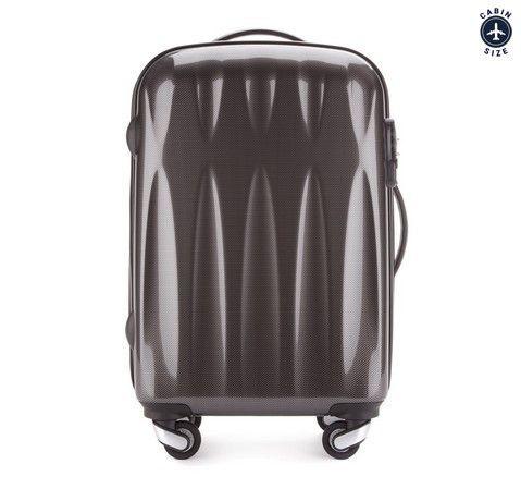 Ultra-lett håndbagasje koffert. Kvalitet, moderne design, TSA kombinasjonslås, tre-trinns teleskop-håndtak og 8 hjul.  Kofferten er laget av svært slitesterk plast – Polykarbonat – og er dekket med et spesielt belegg for å øke motstanden mot riper. To fleksible gummigrep – ett på toppen og ett på siden.  Kofferten inneholder to store rom. Kofferten lukkes med en solid glidelås og låses med din personlige kombinasjonslås. Rommene - i hvert sitt lokk - sikres med sikkerhetsremmer og glidelås.