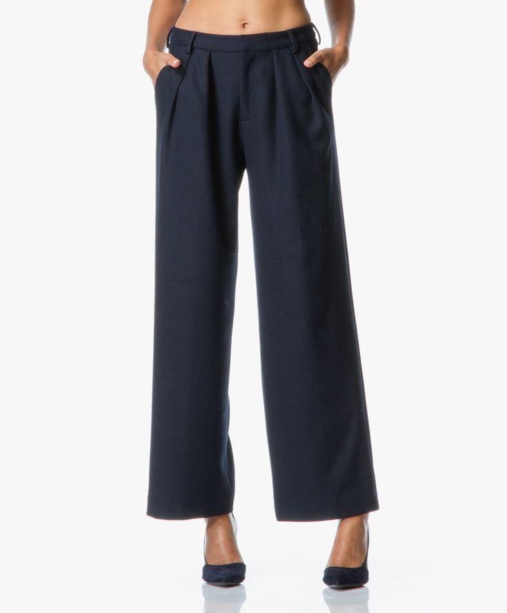 Filippa K weet met deze donkerblauwe pantalon met hoge taille en wijde pijpen een klassieke stijl weer helemaal up-to-date te maken.