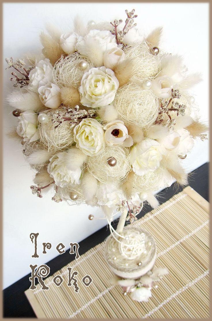 Высота 45 см, диаметр кроны 18 см. Состав: сизаль, лагурус, шпагат, искусственные цветы, веточки, ротанговый шар, тесьма, бусины.