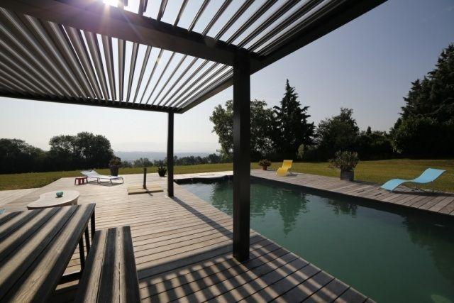 piscine encastrée dans la terrasse en bois et pergola Biossun