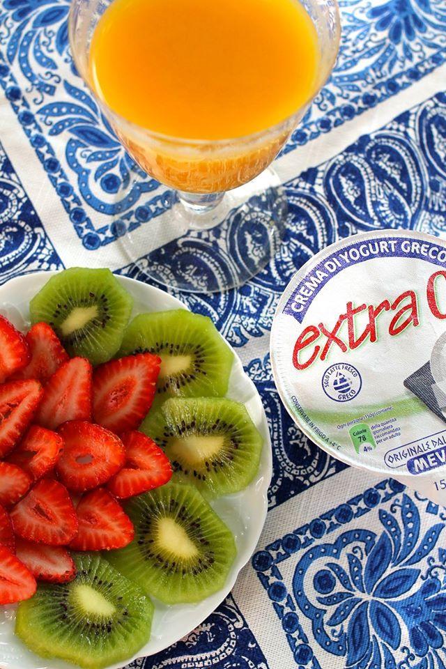 Un ottimo modo per iniziare la giornata: CREMA DI YOGURT GRECO MEVGAL EXTRA 0% , frutta fresca di stagione e succo d' arancia! Ora non vi ferma più' nessuno, buon giovedì!!