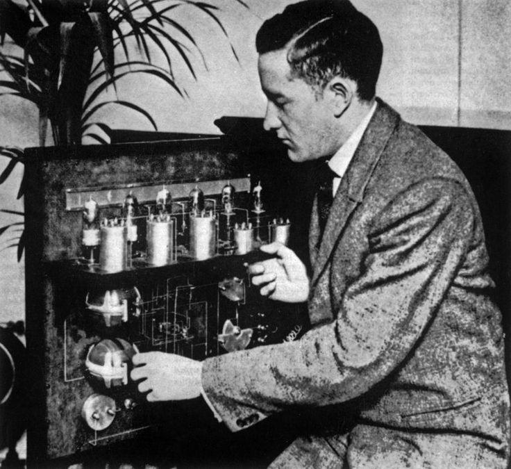 Als Hobby-Tüftler erfand William Stephenson diesen Apparat mit dem Bilder per Funk übertragen werden konnten. 1924 gelang ihm ein Zufallsfund. In Berlin erwarb er eine der später sagenumwobenen deutschen Enigma-Verschlüsselungsmaschinen in einem Laden und übergab sie dem britischen Geheimdienst. Bald wurde Stephenson selbst Agent.