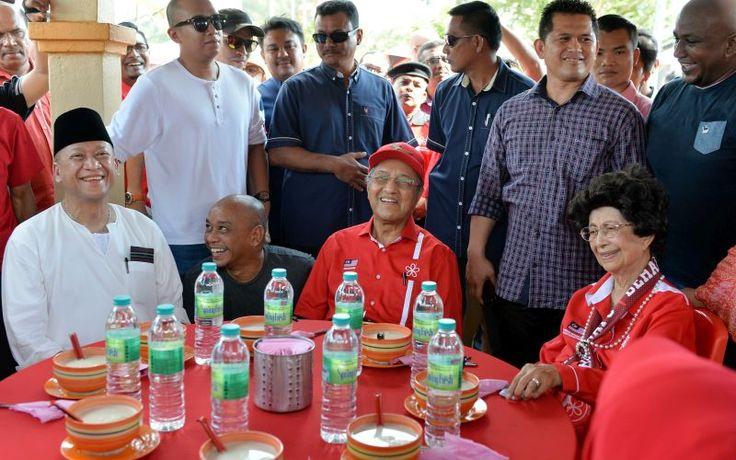 Debat batal kerana ganggu ketenteraman awam ini jawapan balas Tun M   Tun Dr Mahathir Mohamad tidak melihat rasional di sebalik keputusan polis membatalkan acara debatnya bersama Datuk Seri Nazri Aziz.  Bekas perdana menteri berkata alasan polis mendakwa debat itu perlu dibatalkan kerana mengganggu ketenteraman awam langsung tidak boleh diterima pakai.  Petang tadi saya dapat maklumat polis kata tak boleh kononnya ada orang-orang di situ buat laporan takut jadi huru hara.  Bukan ada siapa…