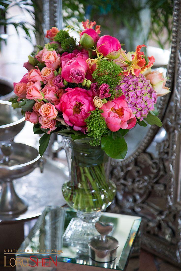 красивый букет цветов в вазе на столе пятницу субботу ресторане