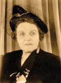 """""""...Irma LeVasseur(1877-1964) a été la première médecin canadienne-française. Elle a contribué à fonder les hôpitaux Sainte-Justine et de l'Enfant-Jésus de Québec.  Elle alla étudier la médecine à l'Université du Minnesota. Dre LeVasseur s'intéressait principalement aux conditions de vie des enfants et des pauvres à Montréal. Elle ne s'est jamais mariée et n'a jamais eu d'enfant..."""" femmesansenfant.com  (photo: Archives de l'hôpital de l'Enfant-Jésus) Article de Serge Bouchard"""
