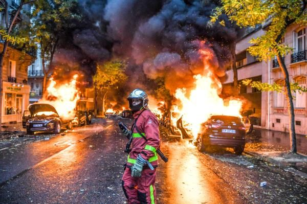 Paris Turned Into War Zone As Police Clash With Yellow Vest Protesters Fireman Paris Paris Street
