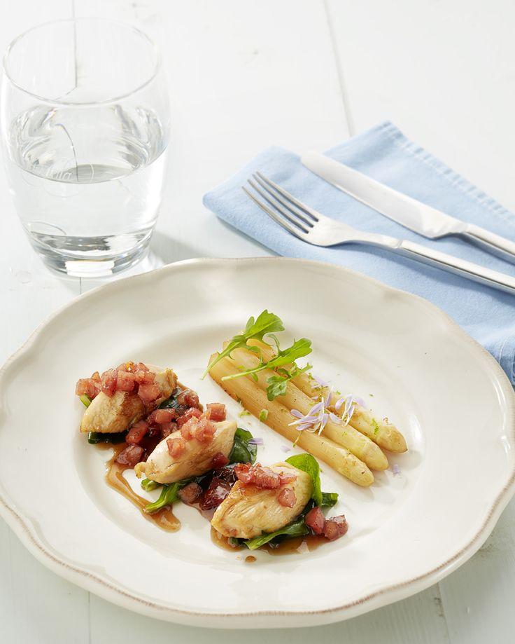 Gebakken asperges, sot l'y laisse met Breydelspek, lamsoor en sakémarinade Recept is te vinden op: http://www.breydel.be/nl/koken-met-breydel/recepten/gebakken-asperges-sot-ly-laisse-lamsoor-en-sakemarinade