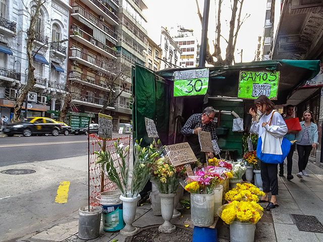 FOTOS SIN PORQUE: Imágenes ciudadanas,  #Buenos aires, #Cityscape,# Ciudad, #flores, #florista, #fotografía callejera, #Fotos urbanas, #gente en el paisaje, #paisaje urbano, #People in the landscape, #photos, #Quisco de flores al paso, #street photography