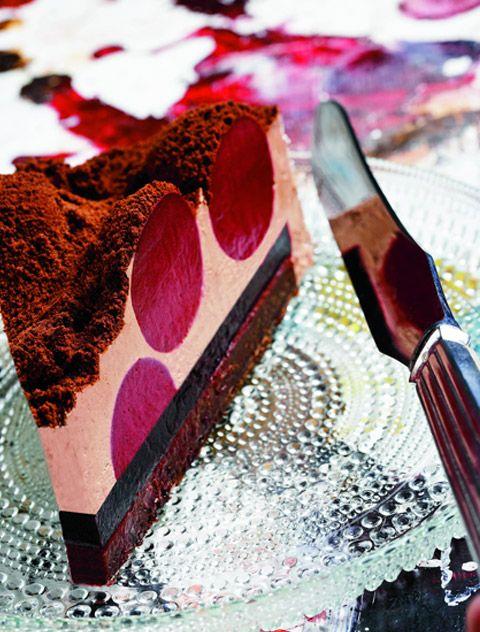 Chokoladekage omkring tre brombærkompositioner