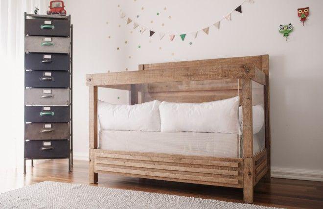 Com a tarefa de criar um quarto com bastante espaço e limpo, a designer de interiores Renata McCartney usou móveis que remetessem ao estilo rústico europeu.