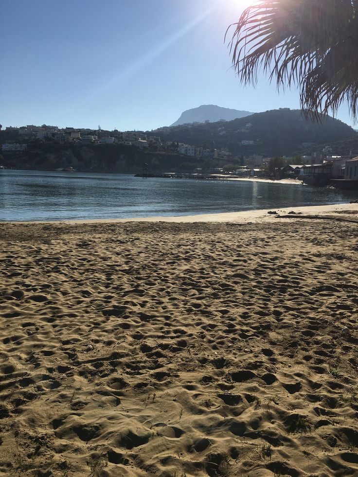 Palmier et levé de soleil sur la plage de sable fin aux eaux peut profonde.La résidence ALMYRIDA SANDS est aux pieds de cette baie de Souda