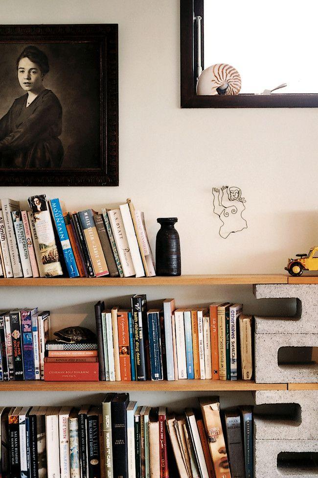 Faça você mesmo: Precisa de uma estante, mas não quer gastar muito? Que tal essa versão com blocos de concreto?