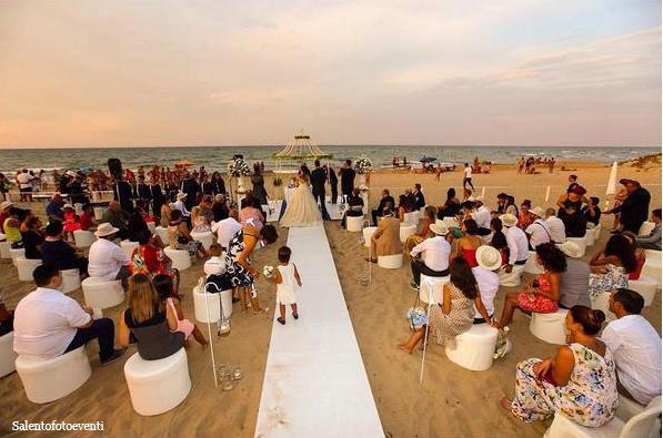 fotografo per matrimonio brindisi, cerimonia di nozze figurativa in spiaggia