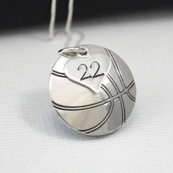 Hand-Stamped #basketball Halskette mit Herzanhänger mit Nummer gestempelt   Korb …   – Jewelry