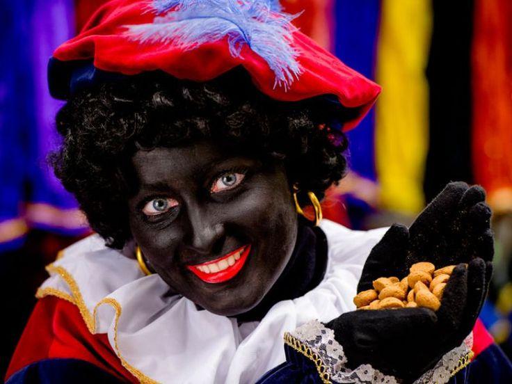 In Nederland wordt hevig gediscussieerd over de manier waarop Zwarte Piet straks door de straten moet lopen, maar in België verandert er niets aan de knecht van Sint. Het Vlaamse Sint-Nicolaasgenootschap, gevestigd in Sint-Niklaas, ziet ''geen enkele reden'' om iets aan de donkere huidskleur, rode lippen, gouden oorbellen of het kroeshaar aan te passen. Dat meldt het Algemeen Dagblad.