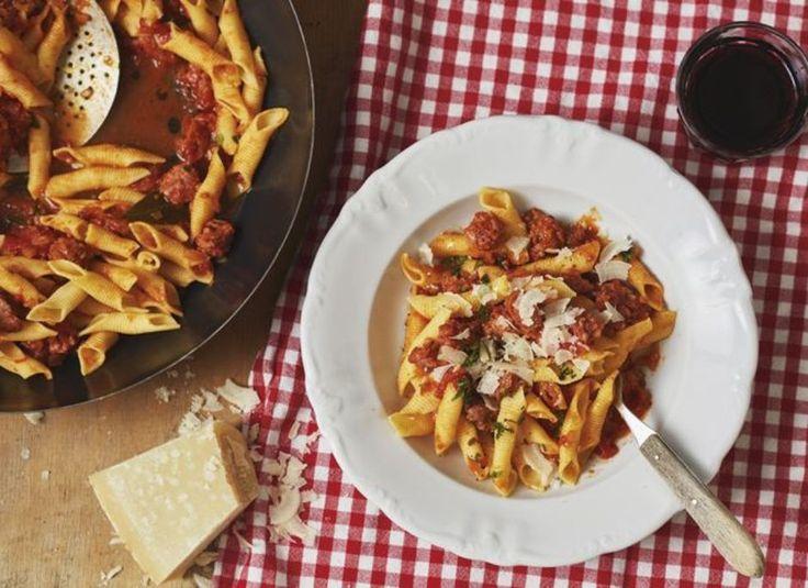 Pasta mit Salsiccia (für 4 Personen)  Zutaten – 500 g Salsiccia, Olivenöl, 1 kleine Zwiebel (gehackt), 1 kleine Karotte (gehackt), 1 Stange Sellerie (fein geschnitten), 2 Knoblauchzehen (angedrückt, dann fein gehackt), 1 Handvoll Petersilie (Stängel und Blätter fein gehackt), 1 Lorbeerblatt, ¼ TL Chiliflocken, 1 EL Tomatenmark, Salz, 100 ml Rotwein, 800 g Dosentomaten, 1 Prise Zimt, 1 Prise gemahlene Nelken, Pasta, Parmesan