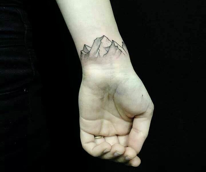 tatouage poignet homme: sommets de montagne