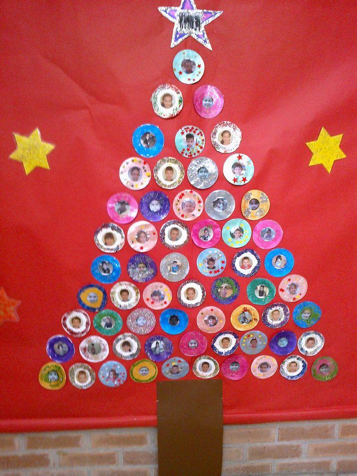 """Árbol de navidad hecho con """"bolas"""" decoradas por los niños/as con una foto de ellos mismos en el centro. Ceip Miguel Hernandez infantil, Elche (Alicante)"""