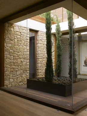 Casa de pedra, madeira e concreto, na Espanha (Foto: Mayte Piera / divulgação)