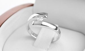 Groupon - Anillo de compromiso Venus de oro blanco de 18 quilates con diamante de 10 puntos. Precio Groupon: $299.000