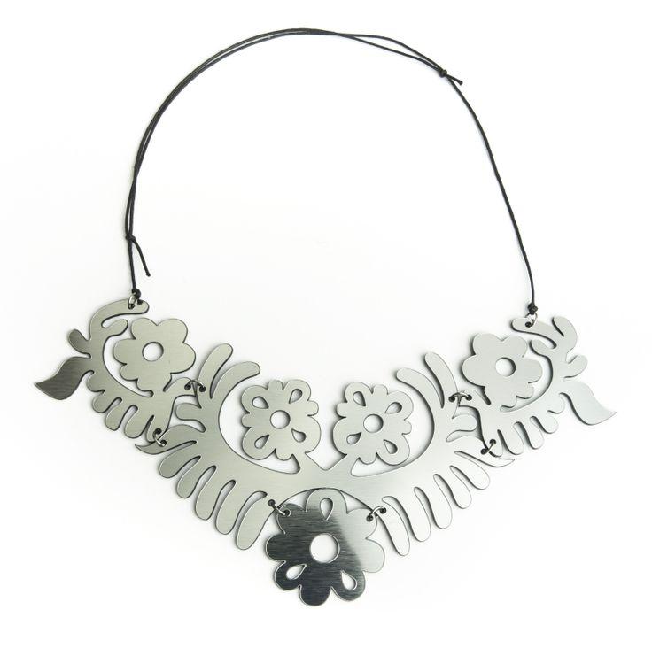 Ezüst színű virágos nyakék