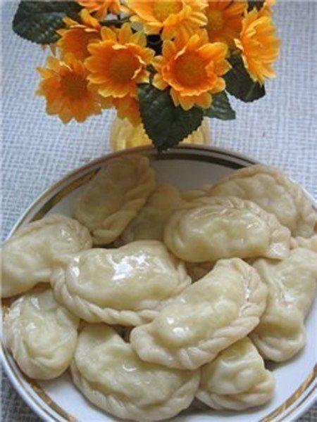 Ингредиенты:Для теста:1 стакан горячей воды;2 ст. л. жирной сметаны;1 ст. л. сливочного масла;0,5 ч. л. соли;2,5 стакана муки.Для начинки:0,5 кг картофеля;300 г грибов;зелень;соль, перец.Приготовл…