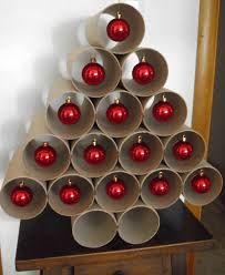 Sapin de Noël en rouleau avec des rouleaux de papier toilette