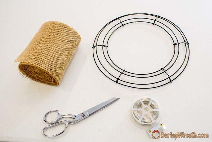 【用意するもの】 金属花輪フレーム、麻の布や麻のリボン、ワイヤー、はさみ
