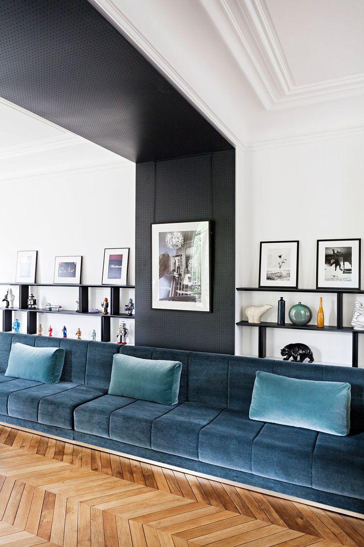 Built-in blue velvet sofa | Photo ©Yann Deret.