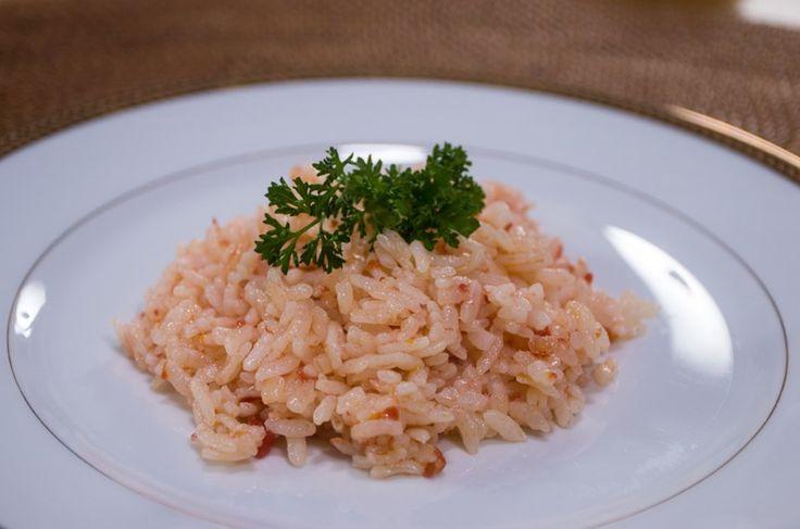 Kolay Domatesli Pilav. Malzemeler: 1 su bardağı pirinç 1 çay bardağı domates sosu 1.5 su bardağı tavuk suyu 2 yemek kaşığı tereyağı Karabiber Tuz