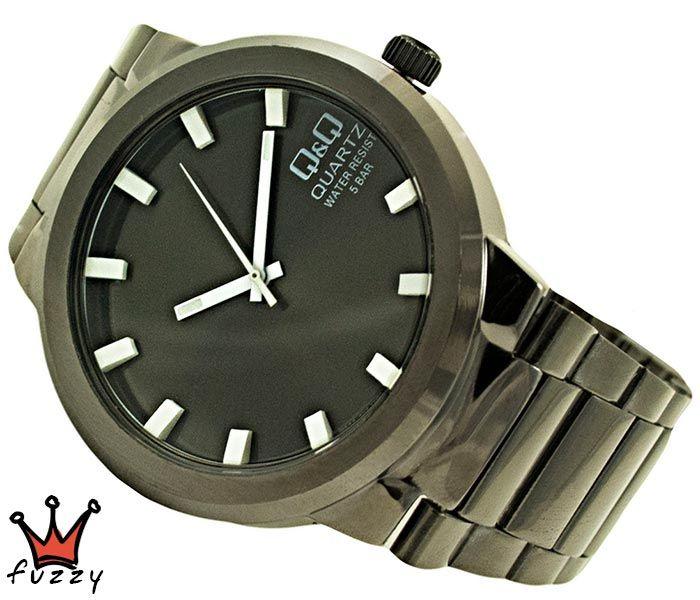 Ανδρικό ρολόι μπρασελέ Q&Q, σε σκ.γκρι και μαύρο χρώμα. Διάμετρος καντράν 40 mm. Στεγανοποίηση 5 BAR (πλύσιμο χεριών).