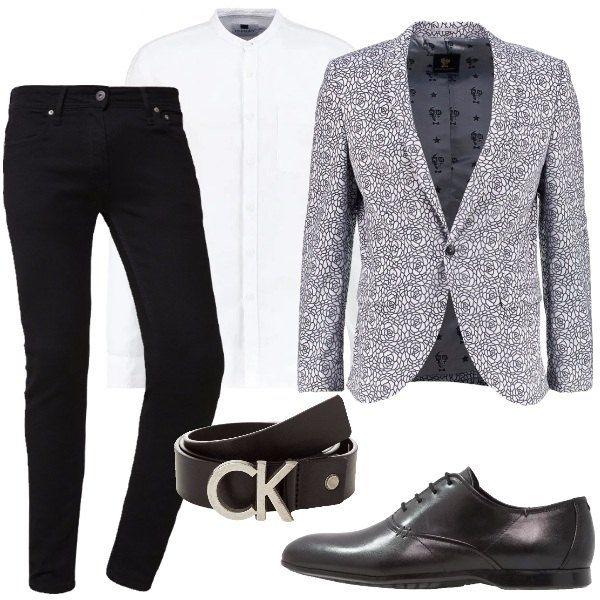 Outfit composto da giacca grigia con una fantasia raffigurante rose, camicia bianca con collo alla coreana, jeans nero, scarpe in pelle nera e cinta con logo.