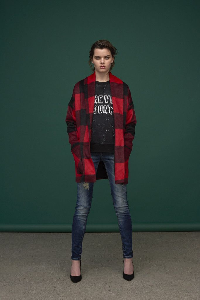 red checked coat in oversized fit. 'Forever Young' printed sweatshirt & medi-blue jeans with straight legs.  Jacket : Abian / Amir Sweatshirt : Lou / Samos Jeans: Dean / M-014464
