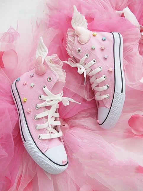 Winged heart Converse shoes. The only way I could see myself wearing these is if I was also rocking a tutu. However, I can imagine these on a number of ladies at my local women's shelter. Their eccentricity is fantastic.
