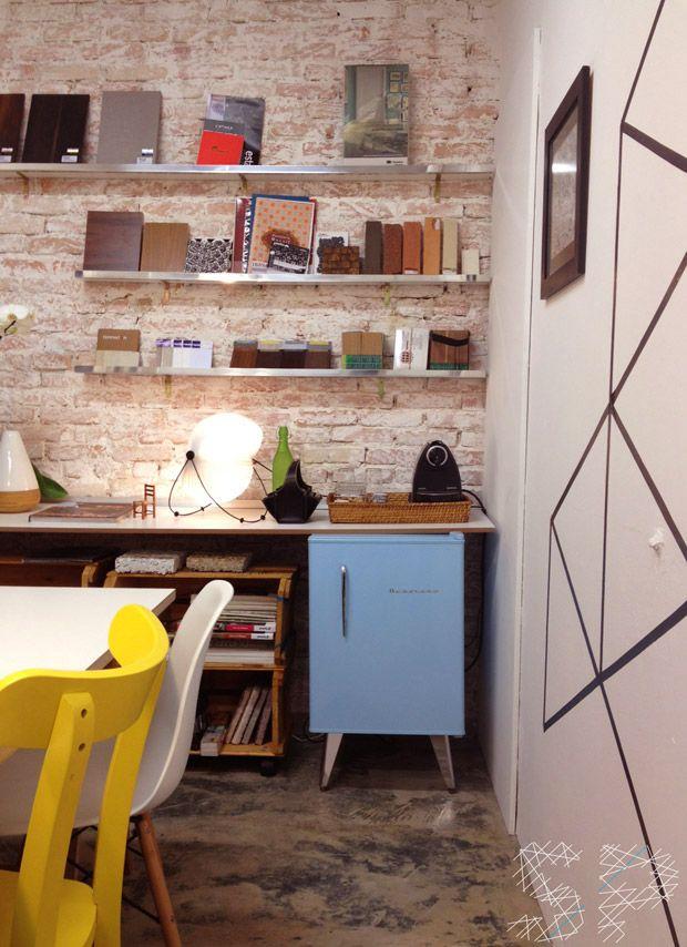 @Suzana Vilhena frigobar na sala com parede de tijolinho cadeira amarela e caixa de feira organizadora! Pode colocar naquele cantinho de home office próximo a sua estante de livros!