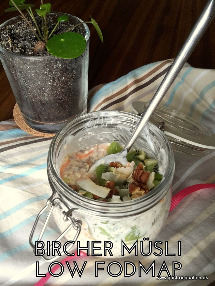 Bircher Müsli en kold køleskabsgrød på havregryn og chiafrø, spædet op med yoghurt og med lækker topping. Her i en trope og low fodmap venlig udgave.