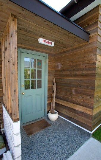 ネットで探して注文したアメリカ製の玄関ドア。ペンキは自分で。門灯は「PACIFIC FURNITURE」で購入し、PIT MANIAの文字を入れてもらった。