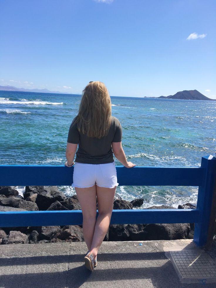 Endlich mal Erholung. Geplant war ein Erholungsurlaub zu zweit. In einem warmen Land, wo das Wetter zu 100% nur schön sein kann. Dieses Mal waren wir im Reisebüro und haben uns gründlich beraten lassen. Entschieden haben wir uns dann für Fuerteventura. Ich war vorher noch nie dort. War also total aufgeregt, als es endlich los ging. Der Hinflug war sehr angenehm. Keine Turbulenzen oder sonstiges. Dort angekommen war ich erst einmal sprachlos. So eine steinige Landschaft hatte ich zuvor noch…