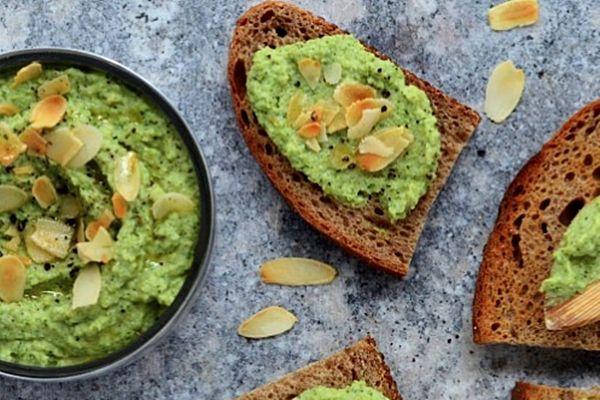 Sült fokhagymás-brokkolis szendvicskrém pirított mandulaszeletekkel   Szépítők Magazin