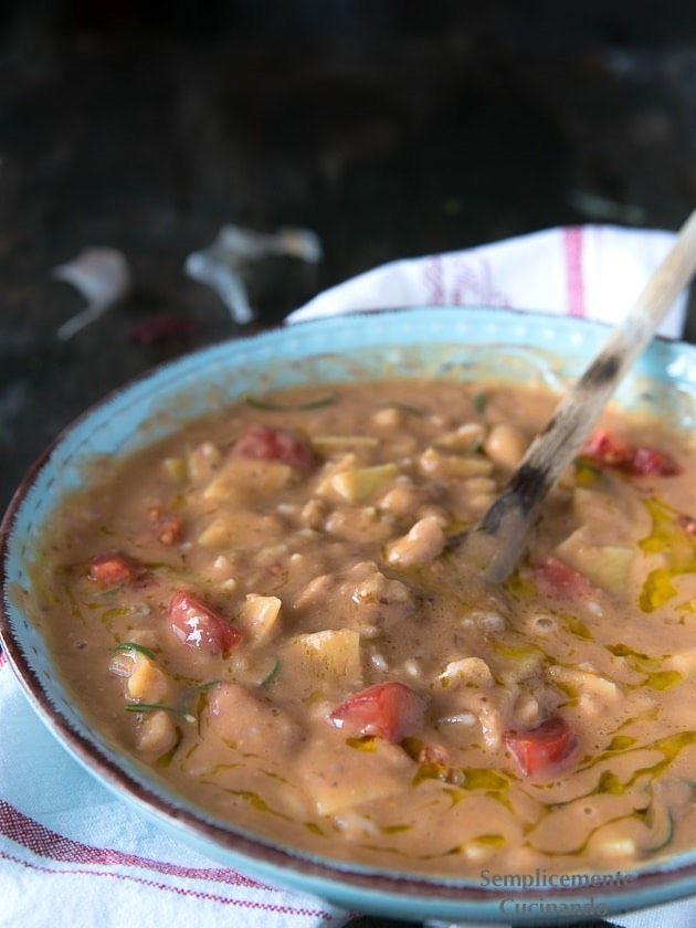 Credo che la zuppa di cannellini e farro sia una delle più buone e avvolgenti zuppe toscane mai mangiate.