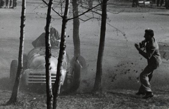 Valokuvaaja sai ravat päälleen, kun kilpa-auto päätyi koivikkoon. Kuva on vuodelta 1948. Kuva: HS | Lue juttu: Eläintarhan ajot olivat suuri keväinen kansanjuhla. Radan ääreen tultiin perhekunnittain eväiden kanssa.