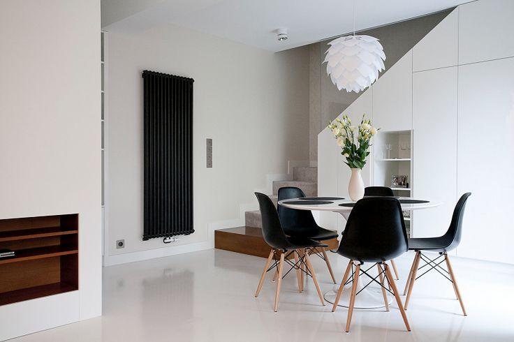 comedor con sillas negras y mesa blanca