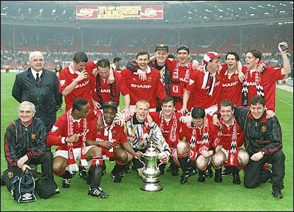 Man Utd players with the 1994 FA Cup after beating Chelsea 4 - 0