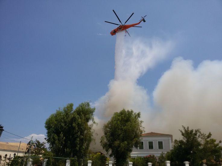 Πυροσβεστικό ελικόπτερο κατασβαίνει τη φωτιά.