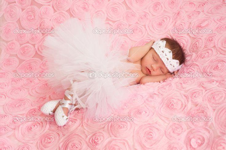новорожденный ребенок девочка носить белые вязаные короны, пачка балерины и балетки - Стоковое изображение: 25592609