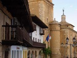 Tarazona de la Mancha (Albacete) La plaza es de forma rectangular y con hermosos balcones volados de madera, con un sabor añejo. En una esquina se encuentra grabado un escudo del Papa Inocencio XI, y en el centro hay una fuente de 1928. En tiempos de Carlos IV se celebraron corridas de toros en la plaza. Situados en la plaza.