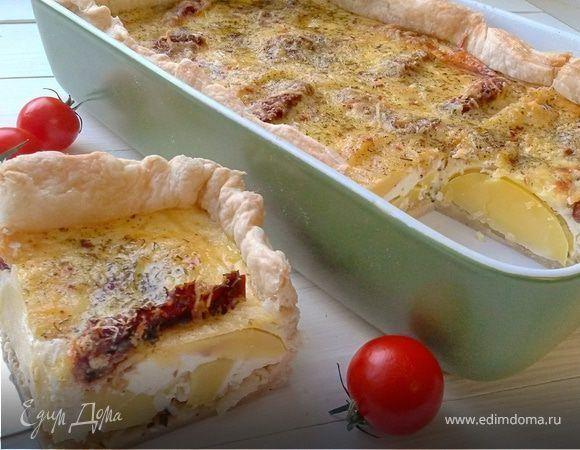 Картофельный пирог на слоеном тесте Приготовьте аппетитный картофельный пирог с сыром и розмарином в сметанной заливке. Хрустящая слоеная основа и нежная, сочная начинка — очень аппетитно! Попробуйте сами! #едимдома #рецепт #готовимдома #кулинария #домашняяеда #пирог #картофель #сыр #розмарин #слоеноетесто #выпечка