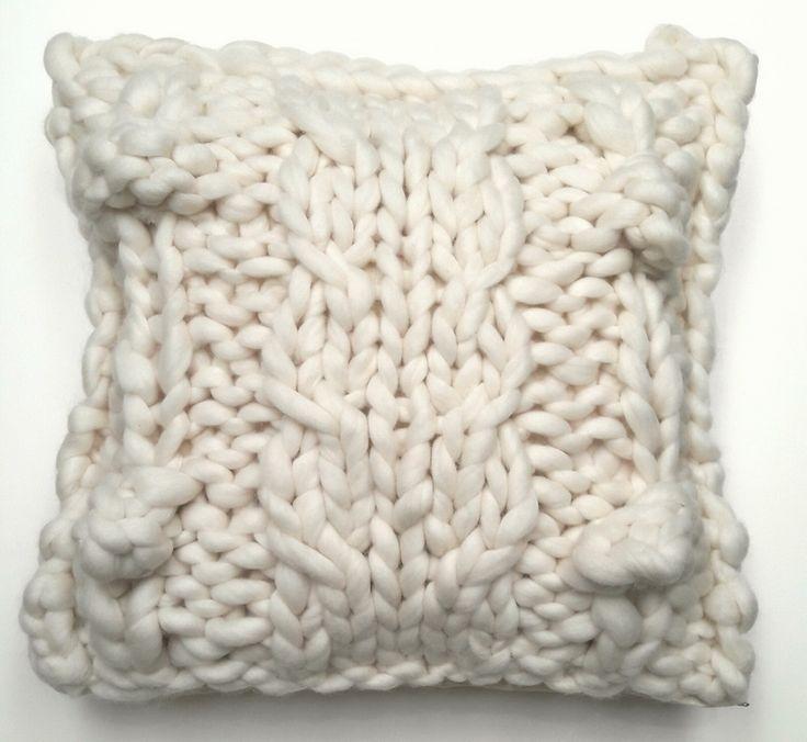 Almohadon tejido a mano en laca merino patagonico en color natural de 18 micrones. Reverso en gabardina natural. Relleno de vellon siliconado. Funda desmontable con cierre y lavable. Medida 50cm x 50cm